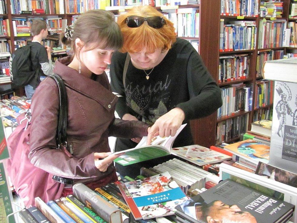 Knihkupci dávají slevu a nakladatelé financují kampaň. Tímto krokem chtějí zatlačit na politiky ve vládě, aby snížili sazbu u knih a tisku.
