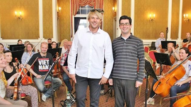 David Deyl (v bílém) už si s hudebníky Severočeské filharmonie dobře rozumí.