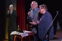 JAN TUREK Z FEŠÁKŮ (vlevo) již bohužel jen jako papírová foto socha na odloženém Vánočním saloonu legendární kapely v úterý 17. ledna.