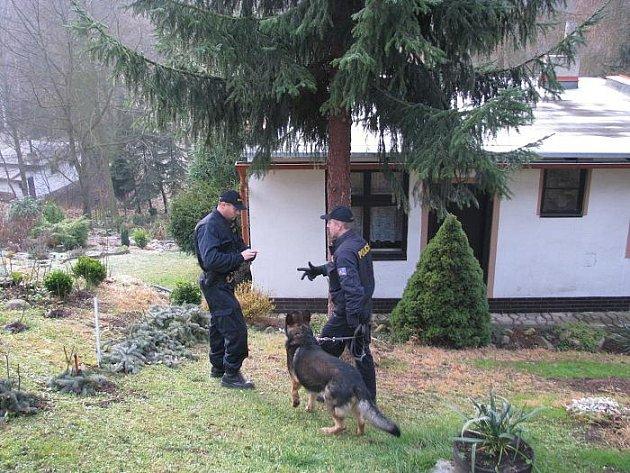 Policisté kontrolují chaty v Podkrušnohoří.