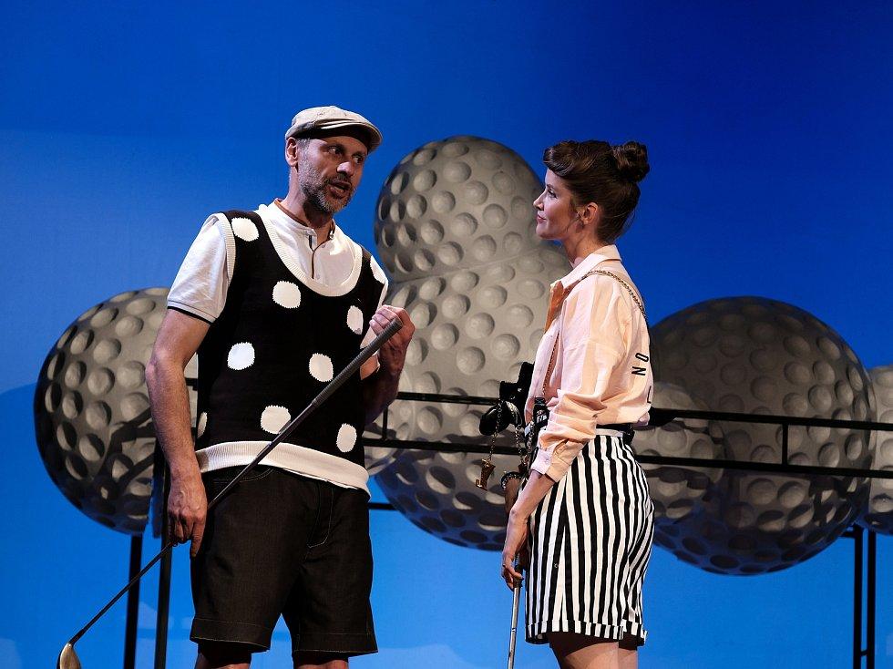 Na hradě Karlštejn a na golfovém hřišti v podhradí se odehrává nová komedie Petra Kolečka Dvě noci na Karlštejně.