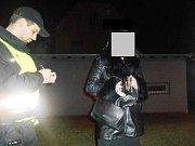 Strážníci v Předlicích kontrolují kamiony a závadové osoby.