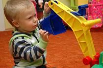 Mateřská centra slouží rodičům na mateřské dovolené pro setkávání, vzdělávání, zábavu i rozvoj dětské osobnosti formou her. Rodiče s dětmi díky nim nemusí sedět sami doma.