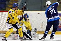 Ústečtí hokejisté (žlutí) doma v derby rozdrtili celek Mostu 8:2.