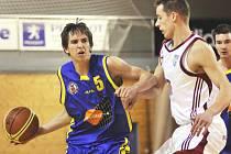Basketbalista Adam Žampach (vlevo) nasázel soupeři z Jindřichova Hradce 20 bodů, na výhru to ale nestačilo.