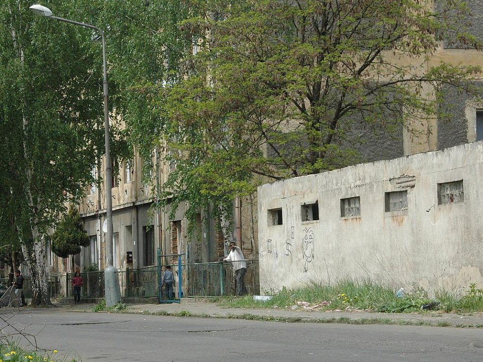 V prosinci loňského roku bydlela třiadvacetiletá matka  v tomto domě ve Sklářské ulici se svými třemi dětmi. Devítiměsíčního syna usmrtila tím, že s ním třásla. Dítě měla také týrat tím, že mu dávala jen vodu s moukou a pít čaj.