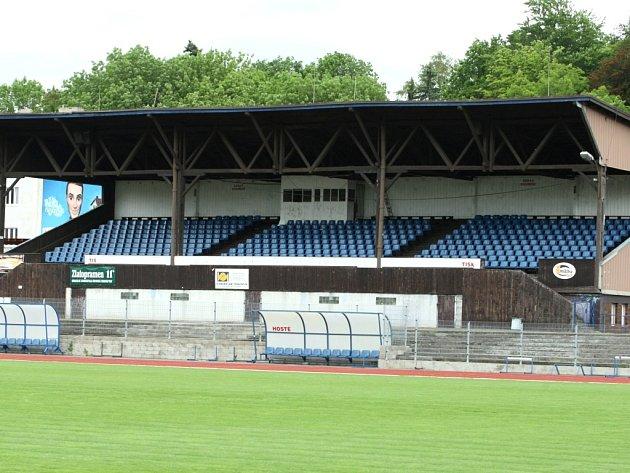 Tribuna ústeckého stadionu.