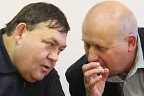 Komunistický lídr a kandidát na hejtmana Ústeckého kraje Oldřich Bubeníček (vpravo) se domlouval na dalším postupu při vyjednávání koalice se svým ústeckým kolegou Pavlem Vodseďálkem.