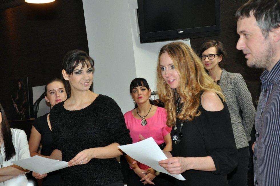 Autorka Proměn Jana Burdová (vpravo) si jako průvodkyni večerem pozvala moderátorku Snídaně s Novou Martu Ondráčkovou.