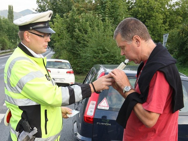 """Řidiči se mohou v těchto dnech na silnicích Ústecka setkat nejen s dopravními policisty, ale také s hosteskami pivovarů. Ústecká policie se zapojila do celorepublikového projektu """"Řídím, piju nealko."""""""