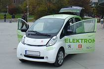 První elektromobil převzal hejtman Oldřich Bubeníček od společnosti ČEZ při podzimní návštěvě prezidenta Miloše Zemana.