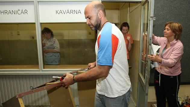 Dobrovolníci ve středu zahájili přestavbu kina Hraničář na budoucí divadlo.