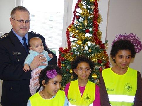 Ovoce, oříšky, nápoje a hračky přivezli dětem do Klokánku v Krásném Březně ústečtí policisté.