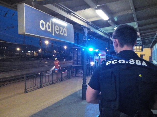 Hasiči a drážní hasiči vyjeli v neděli večer na západní nádraží.