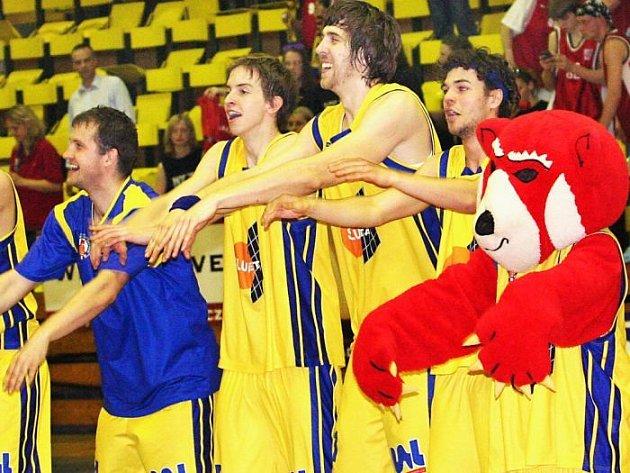 Ústečtí prvoligoví basketbalisté oslavili čtvrtfinálové vítězství nad pražskou Spartou. Budou se radovat i v semifinálové sérii proti Sokolu Vyšehrad?