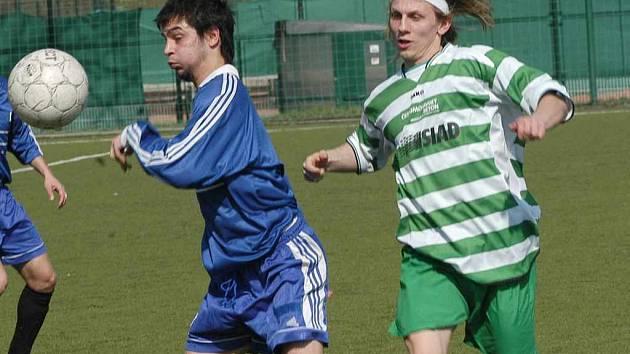 Vosyka si kryje míč v duelu fotbalistů Střekova se Souší