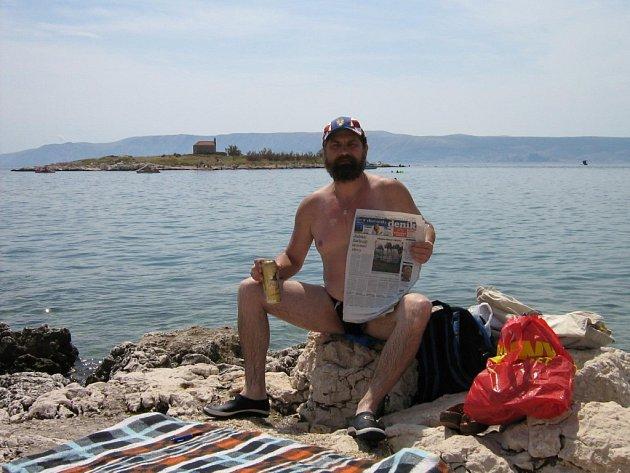 Čtenář na dovolené sregionálním Deníkem.
