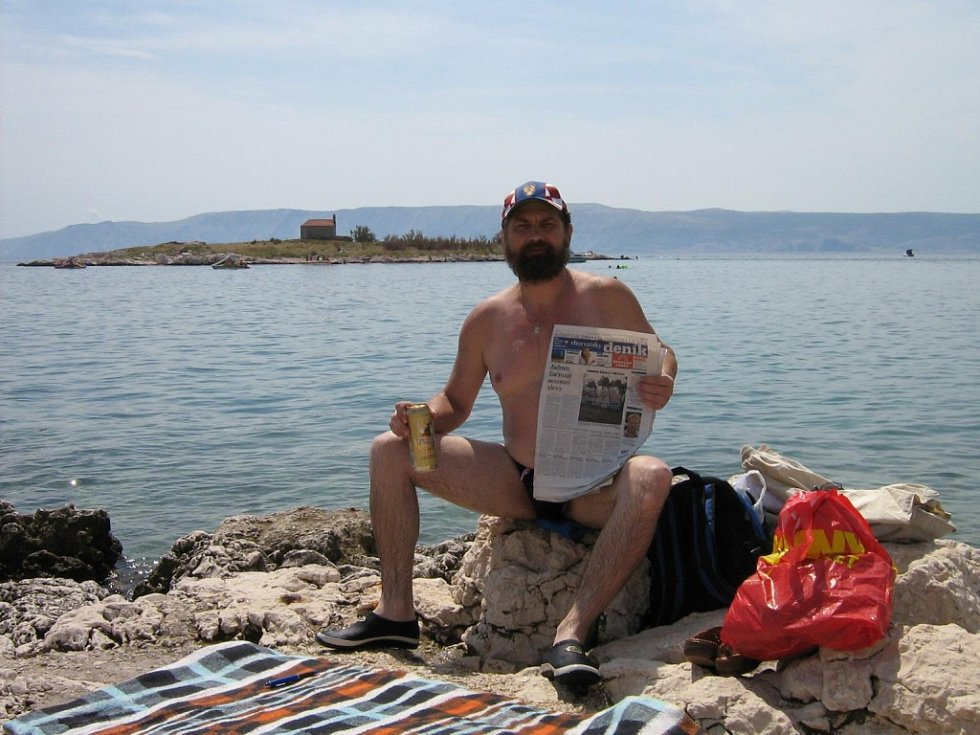 Čtenář na dovolené s regionálním Deníkem.