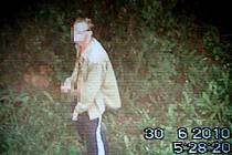 """Marika Andersová ukazuje na místo, kde si osmatřicetiletý muž """"hrál"""" se svým přirozením. Neváhala a v půl šesté ráno ho natočila na videokameru. Podle policie jde o místní známou firmu."""