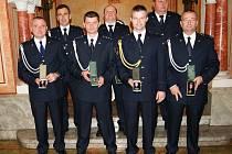 Tomáš Hanták (třetí zleva) dostal za své dlouholeté působení v řadách hasičů medaili.