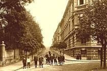 1910: Pohled do ulice Stroupežnického z křižovatky u červeného kostela.