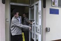 První amnestovaní vězni opouštějí české věznice.