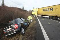 Nehoda osobního a nákladního automobilu uzavřela v pátek před 11. hodinou silnici I/30 mezi Ústím nad Labem a Lovosicemi.