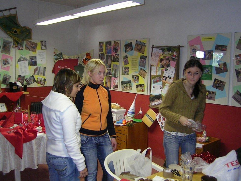 Studentky soukromé hotelové školy při výzdobě infocentra před Vánocemi.