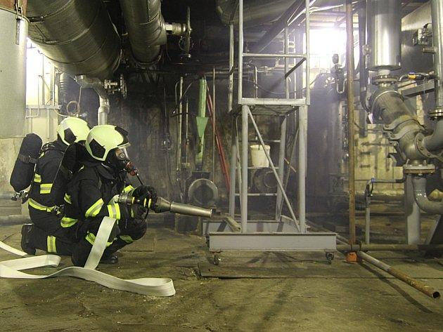 Podnikoví hasiči Teplárny Trmice při havarijním cvičení likvidace požáru v suterénu strojovny.
