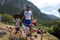 Jan Vácha se nechal vyfotit s oblepeným kolem při sledování Tour de France.