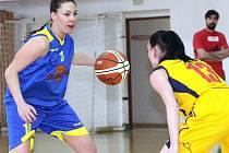 Basketbalistky Ústí (vlevo Flemmrová) vstoupily do finálové skupiny 2. ligy vítězně.