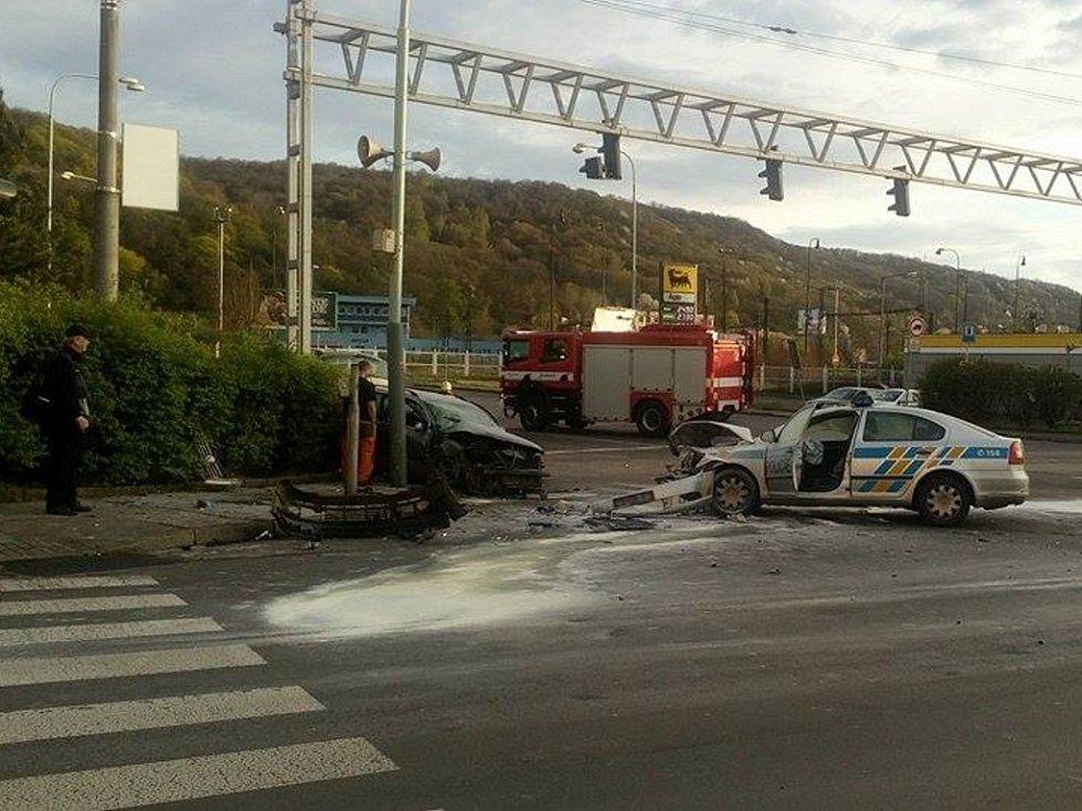 DOPRAVNÍ NEHODA policejního auta s vozidlem značky Volkswagen  v ulici Revoluční v Ústí si vyžádala tři zraněné.