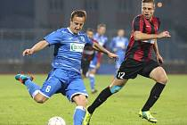 Fotbalisty Army (v modrých dresech) čeká zápas s Hradcem Králové.