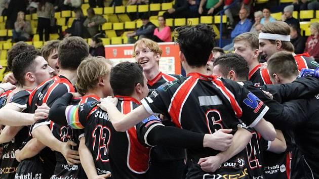 Florbalisté Ústí n/L (černočervení) zvítězili nad Florbalem Chomutov (bíločerní)  9:7, florbalisté Ústí ilustrační
