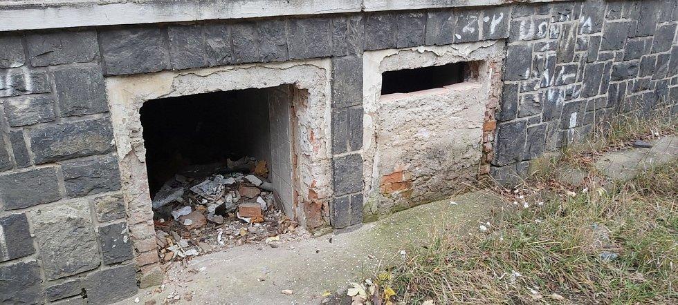 Bezdomovci a vandalové ničí opuštěné činžáky v ústecké Matiční ulici, symbolu špatného soužití Čechů a Romů v celé Evropě.