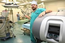 První robotické zařízení představila Masarykova nemocnice v září. Na snímku primář urologie Jan Schraml.