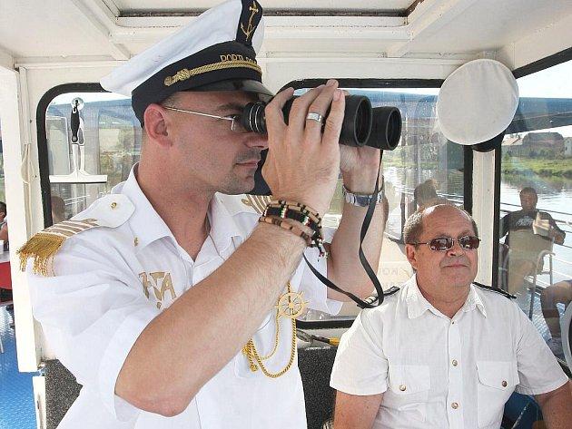Ve sněhově bílé uniformě lodního kapitána jsem se na jeden den ujal velení největšího tuzemského výletního plavidla Porta Bohemica 1.