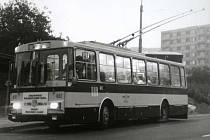 Úplně první spoj linky číslo 51 v zastávce V Rokli. Trolejbusy první provozní den jezdily ozdobené tabulkou s textem: Zahájení trolejbusové dopravy v Ústí n. L.
