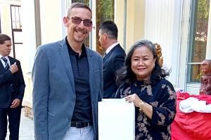 Richard Pokorný s velvyslankyní Kenssy D. Ekaningsigh na indonéském velvyslanectví v Praze.