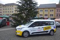 Taxík Maxík vyjíždí do ulic města.