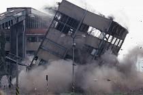 Na snímcích je vidět demolice budovy Palivového kombinátu Antonína Zápotockého v Úžíně.