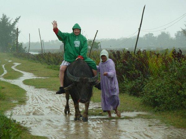 Tonda Jetenský na buffalovi sjedním zmístních obyvatel středního Vietnamu. Fotografii, která vznikla před třemi měsíci při návštěvě této východoasijské země, pořídila Eva Jetenská zČeské Lípy.