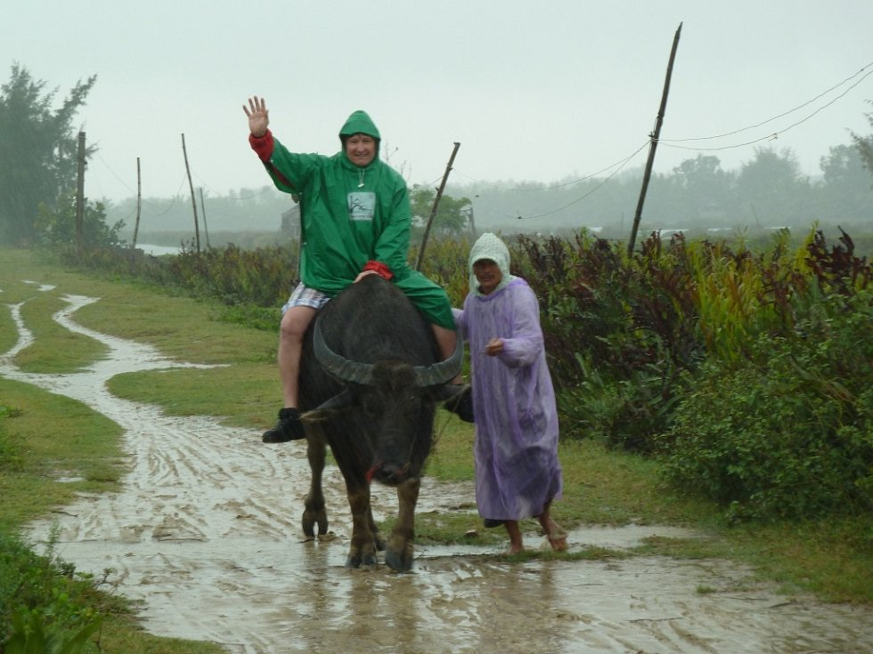 Tonda Jetenský na buffalovi s jedním z místních obyvatel středního Vietnamu. Fotografii, která vznikla před třemi měsíci při návštěvě této východoasijské země, pořídila Eva Jetenská z České Lípy.