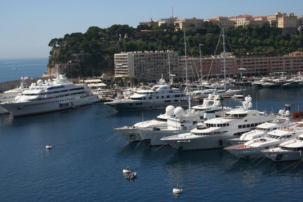 Monako: Luxusní městský stát.