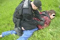 Strážník nasazuje 16letému mladíkovi pouta. Teenagera, který přepadával ženy, chytil 37letý muž, který byl svědkem přepadení 78leté důchodkyně. Dotyčný pachatele pronásledoval nejdříve v autě, pak se za ním vydal i pěšky.