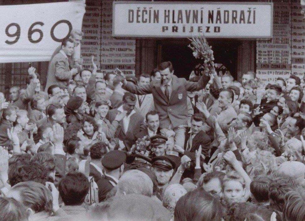 Bohumil Němeček na děčínském nádraží po příjezdu ze zlaté olympiády v Římě.