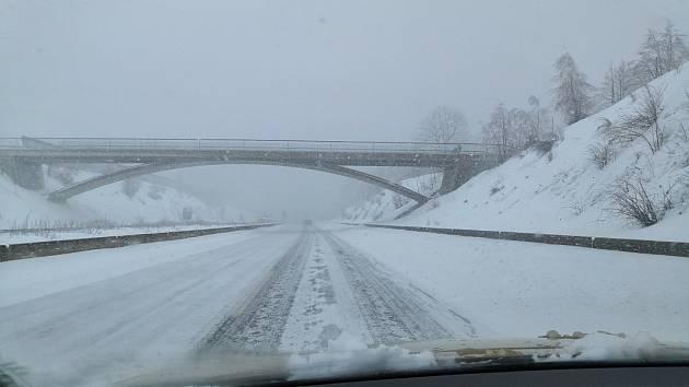 Snímek z dálnice D8 ve směru z Drážďan do Ústí nad Labem - neděle poledne. Auta jezdila rychlostí maximálně 60-80 kilometrů v hodině.