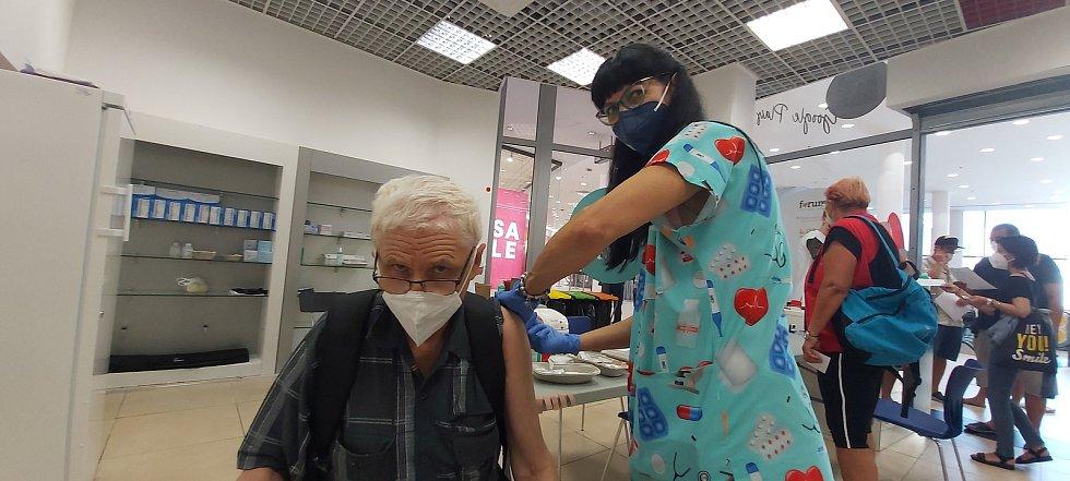Otevření očkovacího centra proti covidu-19 v ústeckém obchodním centru Forum. Lidé sem mohou přijít bez předchozího objednání.