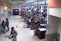 Ústečtí policisté pátrají po totožnosti dívky z kamerového záznamu.