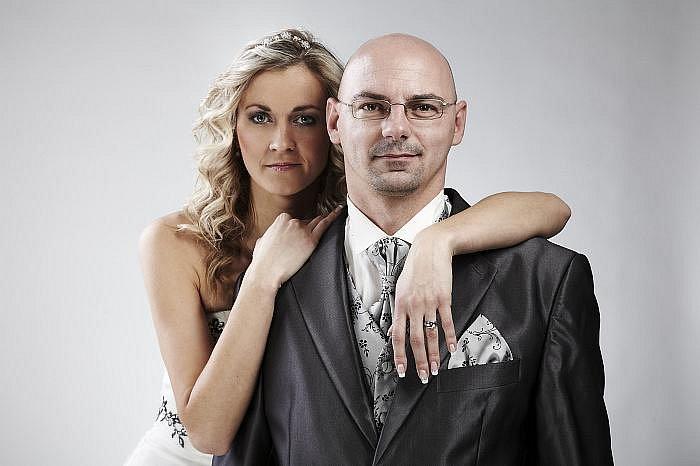 Fotoreportér Deníku si tentokrát vyzkoušel práci fotomodela – ženicha ve fotostudiu ústeckého fotografa Marka Dienstla. Jeho partnerkou novomanželkou byla redakční kolegyně – modelka Eva Růžičková.